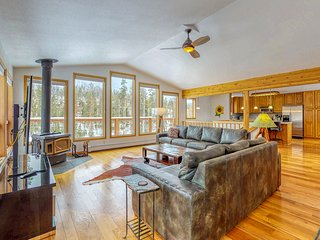 Spectacular hilltop home with panoramic views & private hot tub