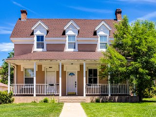 Charming & historic home in downtown Cedar City - Shakespeare Festival lodging!