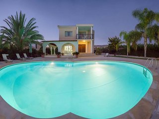 Coral Bay Villa - Huge Private Pool (6x12m) & Garden, Available for Weddings