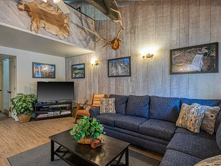 Rustic condo w/ shared pool and hot tub, grills, and game room!