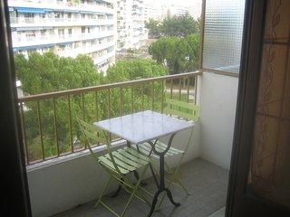 OBSERVATOIRE Studio meuble et equipe avec balcon donnant sur jardin tres calme