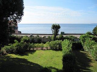 Beachside, Garden, Large pool - walk to bar, restaurants & shops