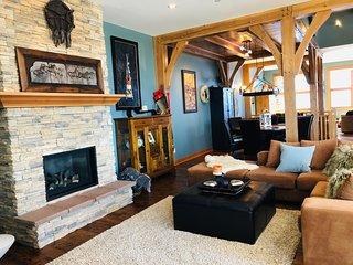 Bear House - Luxurious duplex Ski in/ski out, hottub, BBQ & laundry Sleeps 12