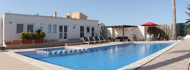 Pool und Poolhaus.