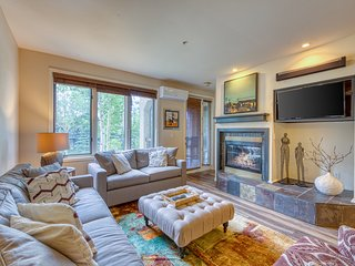 Bright, cheery condo w/  jet tub, shared pool & hot tub - walk to the slopes!