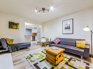 2 Bed apartment with Free Parking - Netflix, Close to train