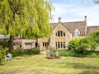 Dunford Barn is a stunning detached Grade II listed barn conversion near Burford