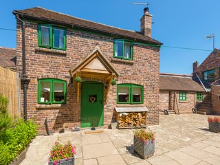TRAM COTTAGE, pet-friendly cottage with hot tub, woodburner, Bridgnorth, Ref