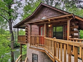 River Rush- Cozy Riverfront Cabin - 5 Mi. to Pigeon Forge!