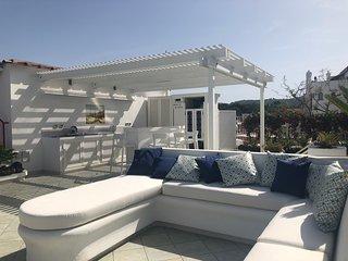 zona solarium del rooftop panoramico con divani e cuscini