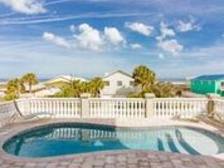 Camelot by the Sea--Oceanview Large Home w/ Pool, Elevator, 5 BR Sleeps 12, location de vacances à Crescent Beach