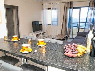 Top floor 2-bedroom flat, seaview, wifi, 100m beach