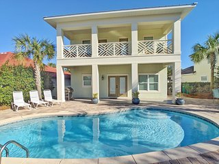Perfect Home! Free Golf Cart, Private heated pool, Less than 5 minutes to beach!