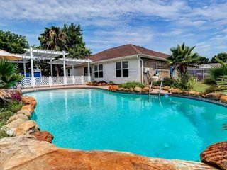 Newly Listed/Updated! Private Pool, 5 Mins to Navarre Beach, Beach Gear Provided