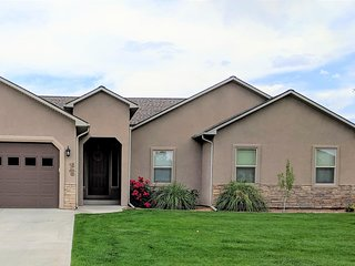 ♡Velo III - Big 1 level home,pet friendly w/garage, Fire Pit, BBQ,TVs in bedrms