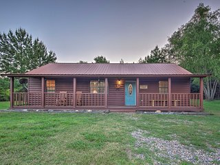 NEW! 'Starlight Cabin' in Broken Bow w/ Hot Tub!