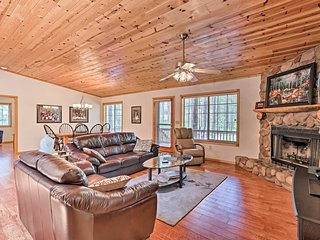NEW-Pinetop Home w/Grill & Porch -  2mi to Golf!