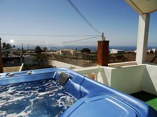Casita Joli con piscina, jacuzzi y vista al mar en Macher