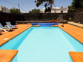 Villa Conchy con piscina privado y vista al mar en Macher