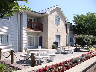 Put-in-Bay Newly Remodeled 2 Bedroom 2 Full Bath Poolview Condo - Sleeps 8