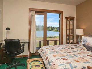 2 level custom-crafted lakefront home, sleeps 8 plus