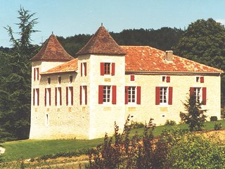 Luxury Chateau Sleeps up to 21, Heated Pool, Floodlit Tennis, BBQ, Grand Piano