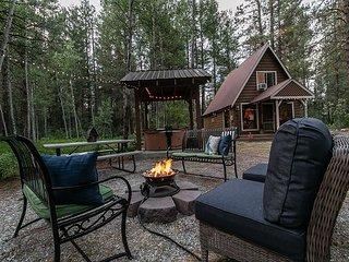Retro Retreat, WiFi, Hot Tub, Fido OK & cozy gas fireplace