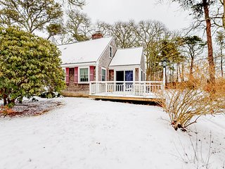 Cozy Cape cottage w/ large backyard, deck & Ping-Pong - near golf/beaches!