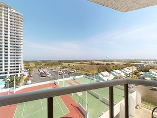 Gorgeous efficiency condo w/ a shared pool, hot tub, tennis, & beach access