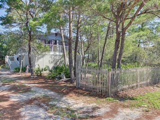 Adorable home near the beach w/ a full kitchen, furnished deck, & gas grill