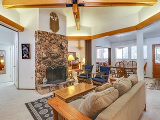 Comfortable home w/ a furnished deck - close to skiing & the lake!