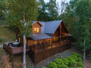Large log cabin with loft - wrap-around deck, hot tub & mountain views!