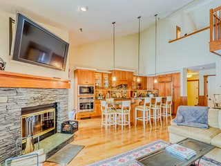 NEW LISTING! Ski-in/ski-out upscale condo w/ full kitchen, balcony, & fireplace