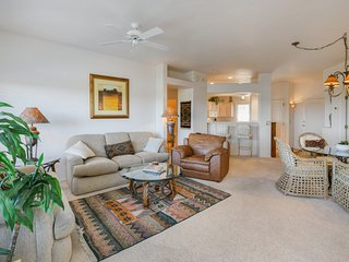Clean, cozy condo w/ mountain views plus a shared pool, hot tub, & fitness room!