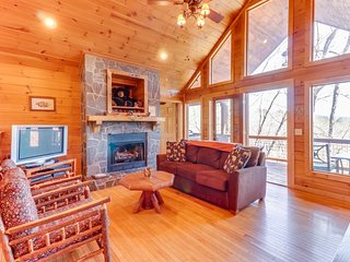 Log cabin with mountain views, deck & hot tub - close to Bryson City!