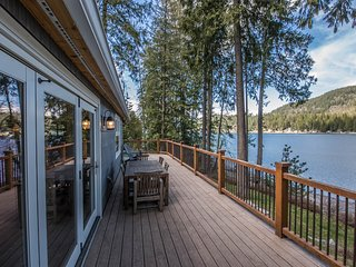 Stunning lakefront cabin w/ expansive deck, private dock & great views!