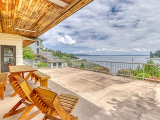 NEW LISTING! Golf family home w/ water front & view, cable, WiFi & fire pit!