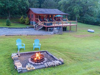 Log cabin with large open deck, seasonal fireplace & picnic gazebo!