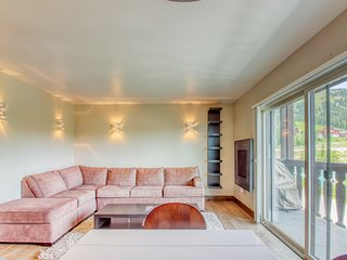 Newly remodeled home w/ a gas fireplace, full kitchen, & stunning views!