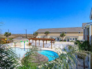 Pool view townhouse w/shared pools & playground - close to beach!
