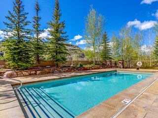 Beautiful condo w/ a shared pool & hot tub - close to the slopes & village