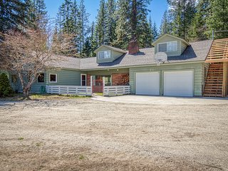 Cozy home w/ private hot tub, shared dock, 3 fireplaces & beautiful river views!