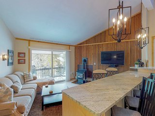 Top floor condo w/ fireplace, mountain view, & shared hot tub - bus to slopes!