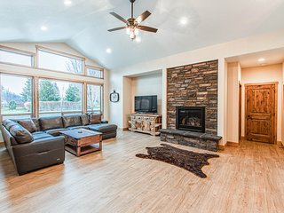 Upscale family home w/ full kitchen & gas fireplace - walk to Lake Pend Orielle