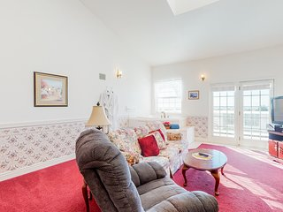 Suite in oceanfront resort w/ deck, great ocean view, fireplace & jetted tub!