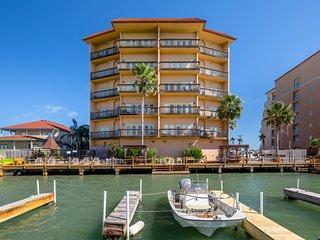 Bayfront condo w/shared pool/hot tub/dock - walk to beach!