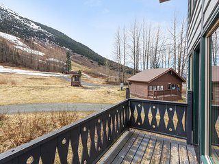 Charming condo with mountain views & wood stove - ski in/out!