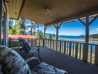 Remodeled lakefront cottage w/ private dock & covered patio - dogs OK!