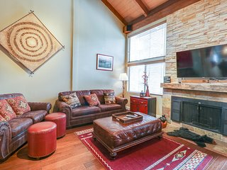 Condo w/ direct shuttle access to shared pool/hot tub. skiing & the Village!