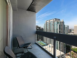 High-rise apartment in heart of downtown w/ shared pool/gym & great view!